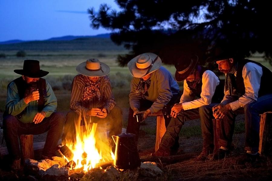 group-of-cowboys-around-a-campfire-richard-wear.jpg.6844046f9970cdce4e8606bd5e3a1904.jpg