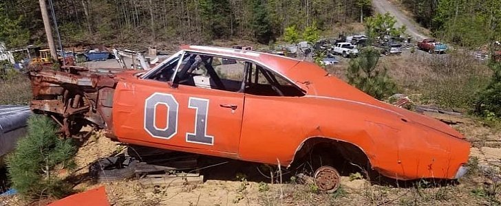these-dukes-of-hazzard-dodge-charger-jump-cars-are-rotting-away-in-a-junk-yard-143559-7.jpg.b54929f80936a5a700c4320cc946f499.jpg
